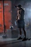 Ο κουρασμένος αθλητής τόπλες σκουπίζει τον ιδρώτα από δικούς του Στοκ φωτογραφία με δικαίωμα ελεύθερης χρήσης
