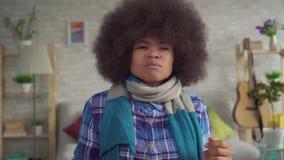 Ο κουρασμένος αφροαμερικάνος που η νέα γυναίκα με Afro hairstyle με το μαντίλι στο λαιμό είναι άρρωστη, χρησιμοποιεί τον ψεκασμό  απόθεμα βίντεο