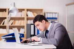 Ο κουρασμένος επιχειρηματίας που εργάζεται στο γραφείο Στοκ φωτογραφίες με δικαίωμα ελεύθερης χρήσης