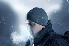 Ο κουρασμένος οδοιπόρος αναπνέει έξω Στοκ Φωτογραφίες