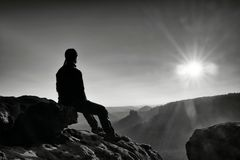 Ο κουρασμένος οδοιπόρος παίρνει ένα υπόλοιπο στη φύση Κορυφή βουνών επάνω από το δάσος στην κοιλάδα Ταξίδι στα ευρωπαϊκά φυσικά π Στοκ Εικόνες