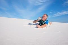 Ο κουρασμένος ταξιδιώτης έχασε στην έρημο που διψασμένος μια καυτή ηλιόλουστη ημέρα Στοκ φωτογραφίες με δικαίωμα ελεύθερης χρήσης