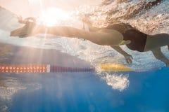 Ο κολυμβητής στην πλάτη σέρνεται ύφος υποβρύχιο Στοκ Φωτογραφία