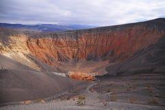 ο κρατήρας Καλιφόρνιας φτιάχνει κρατήρα κοιλάδα πάρκων πεδίων θανάτου την κατά το ήμισυ μεγάλη εθνική βόρεια ubehebe ηφαιστειακή Στοκ Φωτογραφία