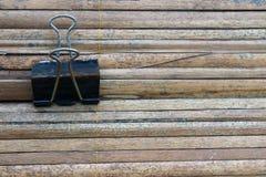 Ο κρεμώντας συνδετήρας σκουριάς στο μπαμπού Στοκ Εικόνες