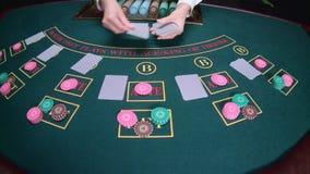 Ο κρουπιέρης χαρτοπαικτικών λεσχών διανέμει τις κάρτες κίνηση αργή κλείστε επάνω απόθεμα βίντεο