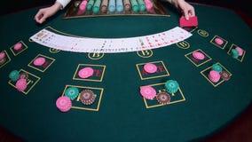 Ο κρουπιέρης χαρτοπαικτικών λεσχών μεταθέτει τις κάρτες κίνηση αργή κλείστε επάνω φιλμ μικρού μήκους