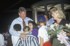 Ο κυβερνήτης Bill Clinton αγκαλιάζει μια ομάδα παιδιών στο κατώτερο κολλέγιο του Tyler στο Clinton/το γύρο εκστρατείας Buscapade  Στοκ Εικόνα