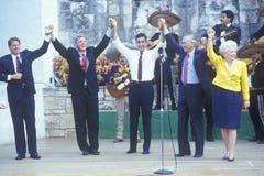Ο κυβερνήτης Bill Clinton ενώνει τα χέρια στον ποταμό Arneson κατά τη διάρκεια του Clinton/του γύρου εκστρατείας Buscapade Gore τ Στοκ εικόνα με δικαίωμα ελεύθερης χρήσης