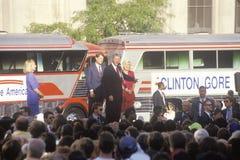Ο κυβερνήτης Bill Clinton και γερουσιαστής Αλ Γκορ στην εκστρατεία Buscapade του 1992 κλωτσά από το γύρο στο Κλίβελαντ, Οχάιο Στοκ φωτογραφία με δικαίωμα ελεύθερης χρήσης