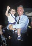 Ο κυβερνήτης Bill Clinton κρατά ένα παιδί στο Clinton/το γύρο εκστρατείας Buscapade Gore το 1992 στο Tyler, Τέξας Στοκ Εικόνα