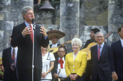 Ο κυβερνήτης Bill Clinton μιλά στον ποταμό Arneson κατά τη διάρκεια του Clinton/του γύρου εκστρατείας Buscapade Gore το 1992 στο  Στοκ εικόνα με δικαίωμα ελεύθερης χρήσης
