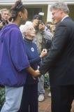 Ο κυβερνήτης Bill Clinton σταματά για να συναντιέται με τους υποστηρικτές στον τρόπο στο μέγαρο κυβερνητών στην εκλογή ημέρα 3 Νο Στοκ Εικόνα