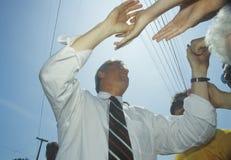 Ο κυβερνήτης Bill Clinton τινάζει τα χέρια κατά τη διάρκεια του Clinton/του γύρου εκστρατείας Great Lakes Buscapade Gore το 1992 Στοκ Φωτογραφία