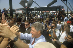 Ο κυβερνήτης Bill Clinton τινάζει τα χέρια σε μια απρογραμμάτιστη στάση λεωφορείου στο Clinton/το γύρο εκστρατείας Buscapade Gore Στοκ εικόνα με δικαίωμα ελεύθερης χρήσης