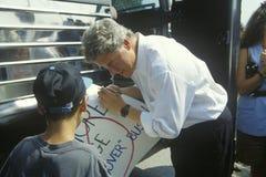 Ο κυβερνήτης Bill Clinton χαιρετά ένα παιδί κατά τη διάρκεια του Clinton/του γύρου εκστρατείας Great Lakes Buscapade Gore το 1992 Στοκ Φωτογραφία