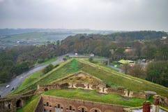 Ο κυκλικός δρόμος έξω από το κάστρο του Ντόβερ και τις πράσινες κλίσεις του στοκ φωτογραφίες