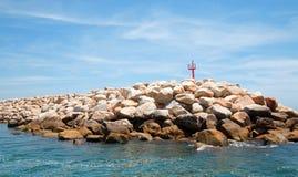 Ο κυματοθραύστης/ο λιμενοβραχίονας κάτω από cirrus καλύπτει για το λιμάνι/τη μαρίνα Puerto San Jose Del Cabo σε Baja Μεξικό Στοκ Φωτογραφίες