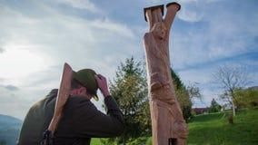 Ο κυνηγός λέει αντίο στο άγαλμα απόθεμα βίντεο