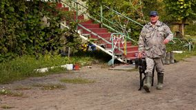 Ο κυνηγός οδηγεί greyhound σκυλιών φιλμ μικρού μήκους