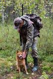 Ο κυνηγός που κτυπά το σκυλί στοκ φωτογραφία με δικαίωμα ελεύθερης χρήσης