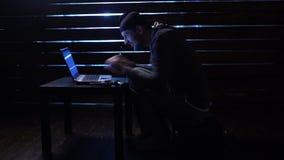 Ο κωμικός αστείος χάκερ δεσμεύει μια επίθεση cyber με ένα lap-top και ένα πυροβόλο όπλο στα χέρια του φιλμ μικρού μήκους