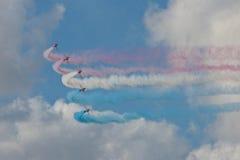 Ο κόκκινος αέρας Fairford ομάδας επίδειξης αεροπλάνων βελών παρουσιάζει RAF αερολιμένα Στοκ Φωτογραφίες