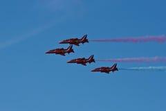 Ο κόκκινος αέρας Fairford ομάδας επίδειξης αεροπλάνων βελών παρουσιάζει RAF αερολιμένα Στοκ φωτογραφία με δικαίωμα ελεύθερης χρήσης
