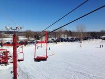 Ο κόκκινος ανελκυστήρας εδρών σκι Στοκ Εικόνα