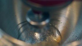 Ο κόκκινος αυτόματος αναμίκτης προετοιμάζει αργά την κρέμα κέικ με χτυπά ελαφρά απόθεμα βίντεο
