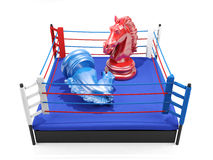 Ο κόκκινος ιππότης σκακιού κερδίζει πέρα από τον μπλε ιππότη σκακιού στο εγκιβωτίζοντας δαχτυλίδι Στοκ εικόνα με δικαίωμα ελεύθερης χρήσης