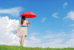 ο κόκκινος ουρανός σύννεφων κάποιος ομπρέλα περιμένει τη γυναίκα Στοκ φωτογραφία με δικαίωμα ελεύθερης χρήσης