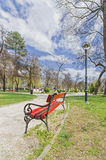 Ο κόκκινος πάγκος σταθμεύει την άνοιξη την ευρεία γωνία Στοκ Εικόνες