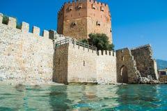 Ο κόκκινος πύργος Kızıl Kule είναι ένας ιστορικός πύργος στην τουρκική πόλη Alanya Στοκ Εικόνα