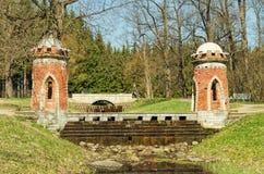 Ο κόκκινος τουρκικός καταρράκτης στο πάρκο της Catherine σε Tsarskoye Selo στοκ εικόνα