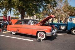Ο κόκκινος υδράργυρος Monterey του 1953 μετατρέψιμο στο 32$ο ετήσιο κλασικό αυτοκίνητο αποθηκών της Νάπολης παρουσιάζει στοκ εικόνα με δικαίωμα ελεύθερης χρήσης