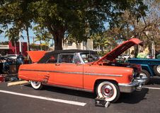Ο κόκκινος υδράργυρος Monterey του 1953 μετατρέψιμο στο 32$ο ετήσιο κλασικό αυτοκίνητο αποθηκών της Νάπολης παρουσιάζει στοκ φωτογραφίες