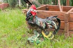 Ο κόκκορας αγαλμάτων εξωραΐζει το προαύλιο κοντά στο φρεάτιο στοκ φωτογραφίες