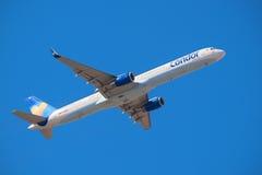 Ο κόνδορας Boeing 757-300 του Thomas Cook απογειώνεται από Tenerife το νότιο αερολιμένα στις 13 Ιανουαρίου 2016 Στοκ φωτογραφία με δικαίωμα ελεύθερης χρήσης