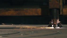 Ο κόπτης λέιζερ πλάγιας όψης κόβει το μέρος σε ένα φύλλο απόθεμα βίντεο