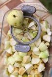 Ο κόπτης μαχαιριών της Apple με τις κομμένες φέτες αφαιρεί τον πυρήνα και ολόκληρη φωτογραφία μήλων κοντά επάνω Στοκ Φωτογραφίες