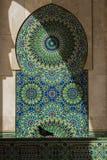 Ο κόρακας στο Χασάν ΙΙ μουσουλμανικό τέμενος στοκ φωτογραφία