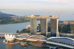 Ο κόλπος μαρινών στρώνει με άμμο το ξενοδοχείο και το μουσείο ArtScience στη Σιγκαπούρη Στοκ Φωτογραφία