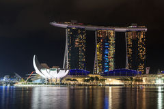 Ο κόλπος μαρινών στρώνει με άμμο το ξενοδοχείο και το μουσείο ArtScience τη νύχτα στη Σιγκαπούρη Στοκ φωτογραφία με δικαίωμα ελεύθερης χρήσης
