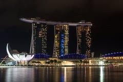 Ο κόλπος μαρινών στρώνει με άμμο το ξενοδοχείο και το μουσείο ArtScience τη νύχτα στη Σιγκαπούρη Στοκ εικόνα με δικαίωμα ελεύθερης χρήσης