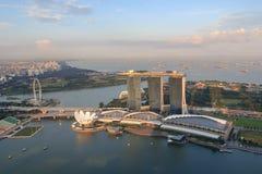 Ο κόλπος μαρινών στρώνει με άμμο το ξενοδοχείο, το μουσείο ArtScience και το ιπτάμενο της Σιγκαπούρης Στοκ εικόνες με δικαίωμα ελεύθερης χρήσης