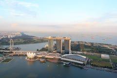 Ο κόλπος μαρινών στρώνει με άμμο το ξενοδοχείο, το μουσείο ArtScience και το ιπτάμενο της Σιγκαπούρης Στοκ φωτογραφία με δικαίωμα ελεύθερης χρήσης