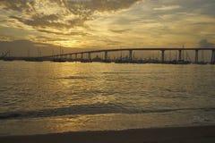 Ο κόλπος Coronado, Σαν Ντιέγκο, Καλιφόρνια χαιρετίζει μια άλλη όμορφη ημέρα δεδομένου ότι ο ήλιος λούζει όλα σε ένα θερμό χρυσό φ Στοκ Εικόνα