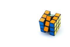 Ο κύβος Rubik ` s είναι απομονωμένος στο άσπρο υπόβαθρο Στοκ Φωτογραφίες