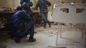 Ο κύριος δίνει τις οδηγίες στους ξυλουργούς στο ναυπηγείο φιλμ μικρού μήκους